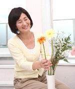 花を活けるシニア女性.jpg